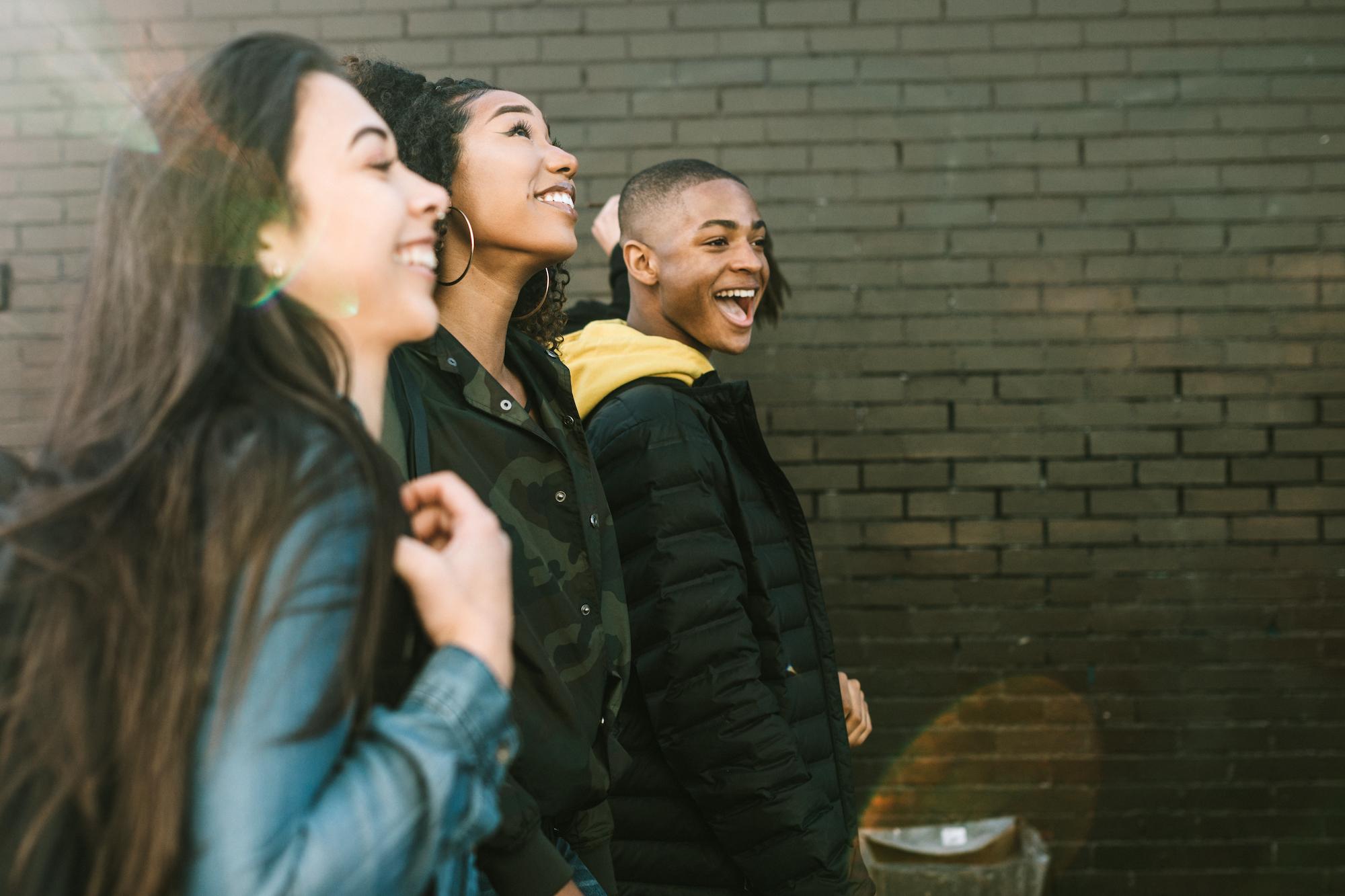 Un groupe de jeunes, marchant et riant